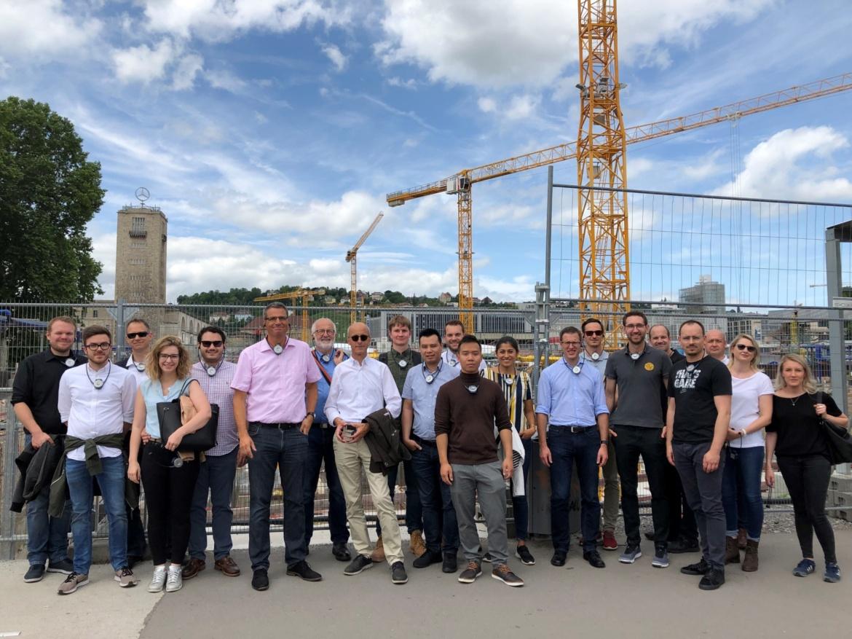 Gruppenfoto vor der Baustelle Stuttgart21 (c)